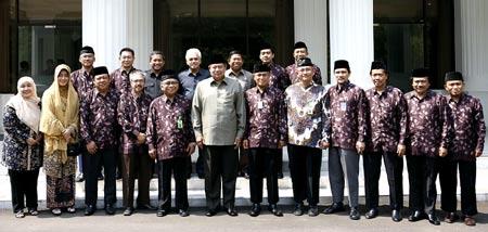 Presiden SBY, Menseneg dan Pimpinan DPP LDII berfoto bersama